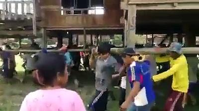 Tailandeses levam literalmente a casa as costas