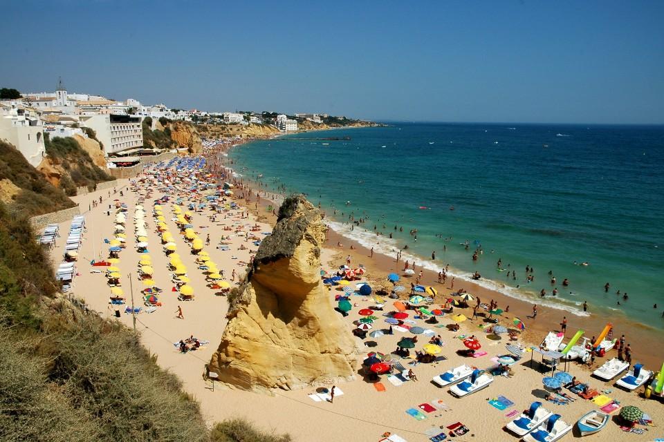 As praias do Algarve vão hoje reabrir a banhos